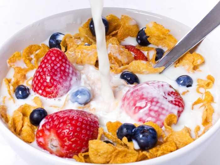 Лучше всего начать день с геркулесовой каши с добавлением фруктов