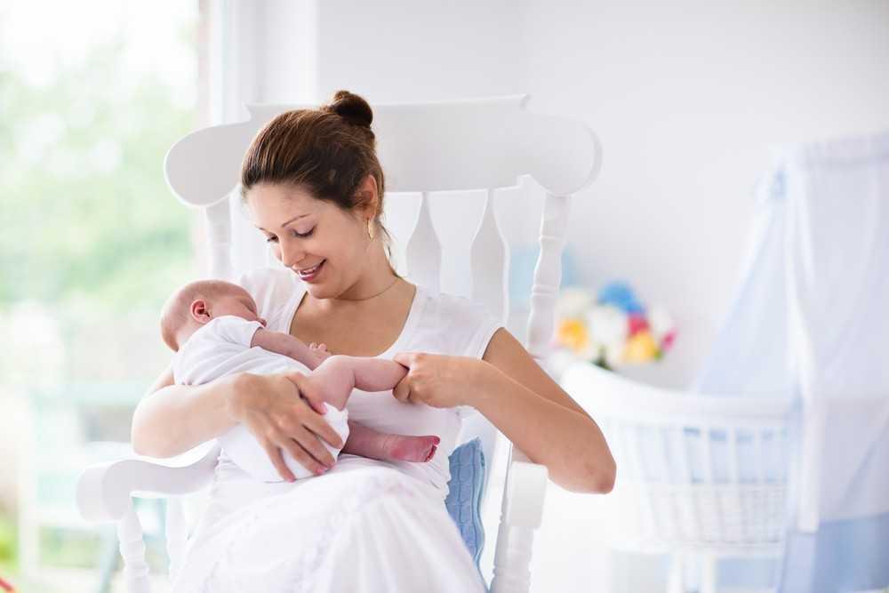 Вам не стоит полностью ограничивать свой рацион, лучшим решением будет следование того же рациона, которого вы потдержывались во время беременности, так как он может оказаться самым подходящим для младенца