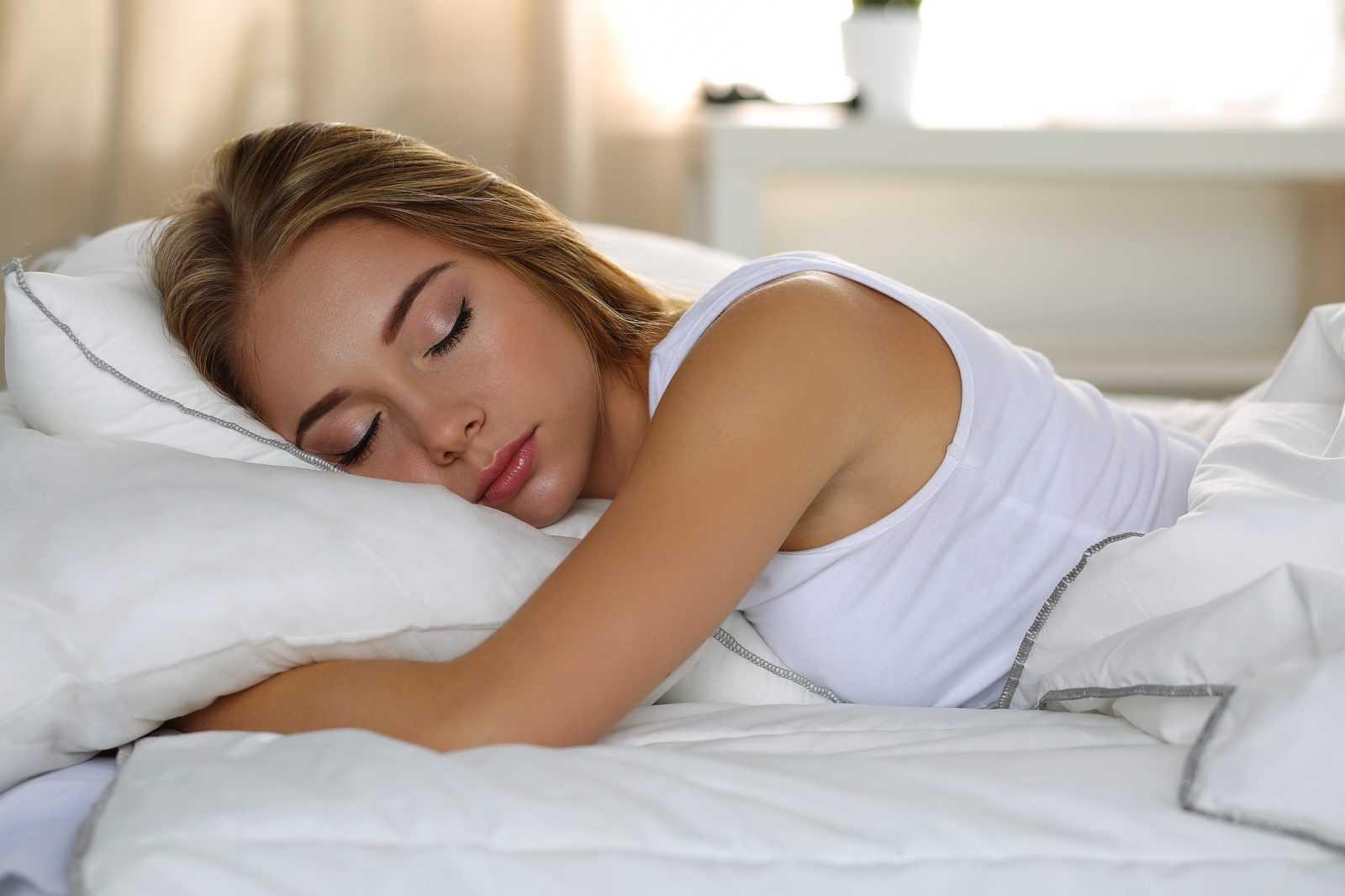 ученые рассказали, на каком боку лучше спать