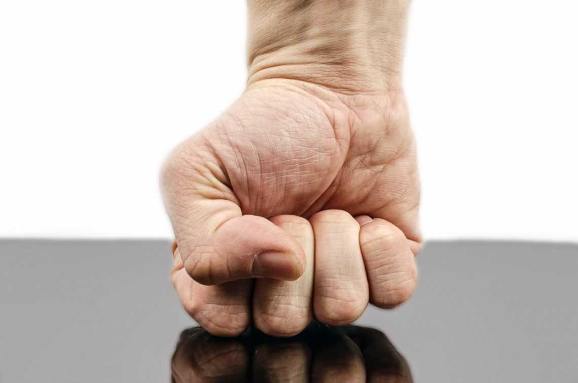 Сжимание кулаков улучшает память