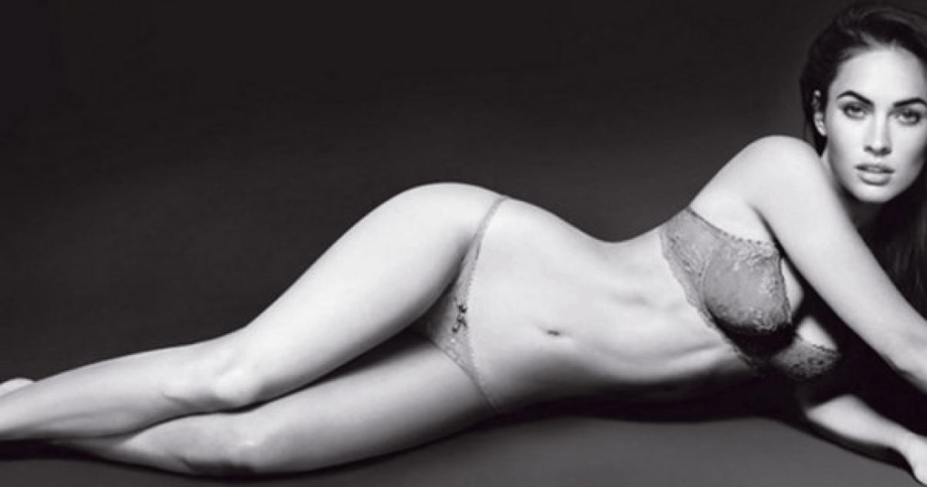 Меган Фокс удивляет фигурой в шелковом белье
